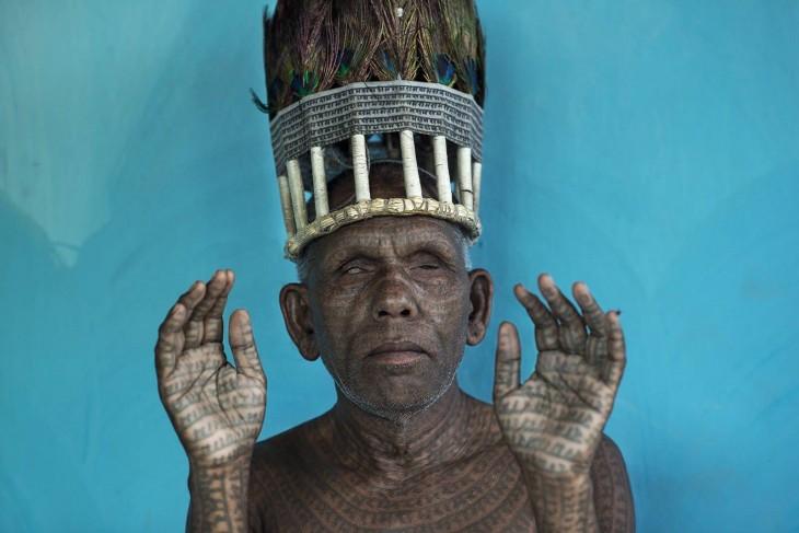indio viejo haciendo un ritual