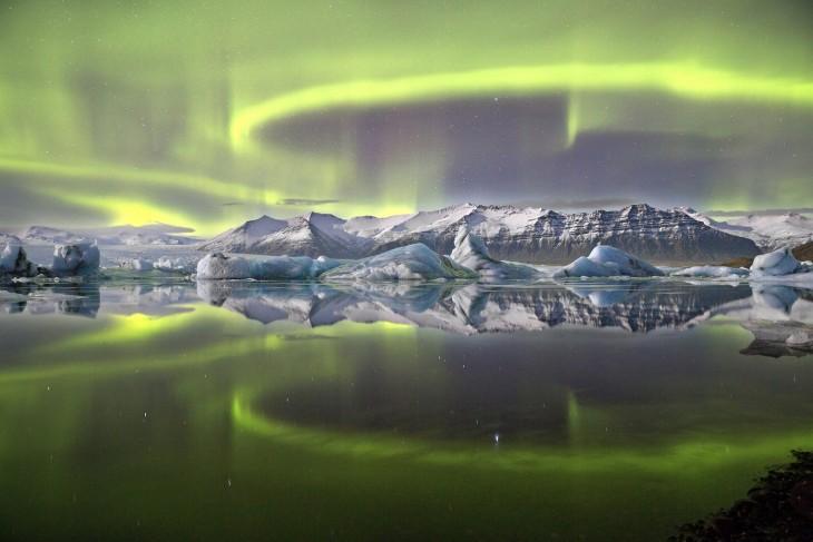 Aurora sobre una laguna de glaciar