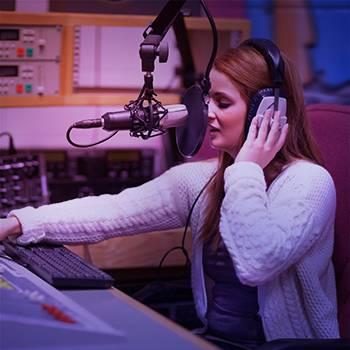 mujer locutora de radio online